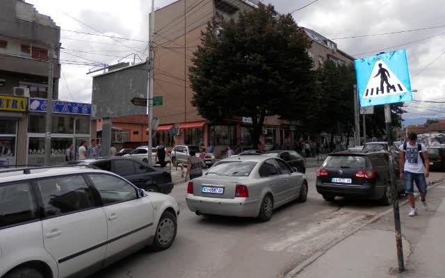 Автомобил удри жена во центарот на Куманово
