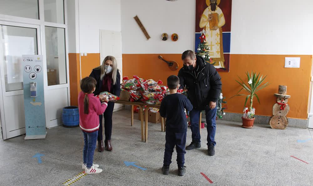 Нашинец од Франција подари новогодишни пакетчиња на сите 300 ученици во Општина Старо Нагоричане