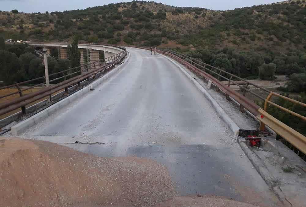 Надлежните да го поправат патот по кој се одвива сообраќајот поради затворање на мостот, бара Општина Куманово