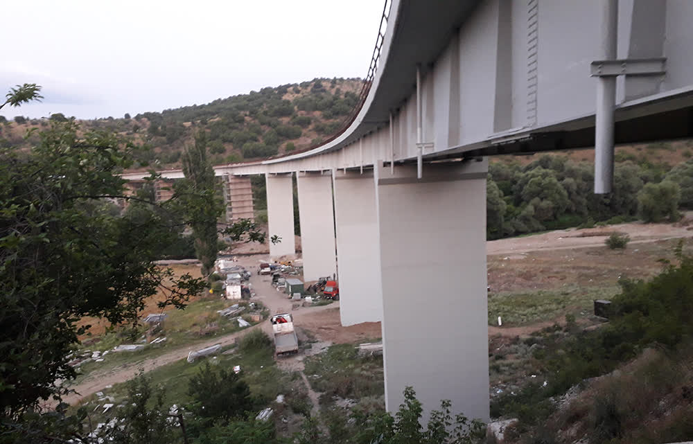 По барање на изведувачот и надзорот затворен е мостот на Пчиња, надлежните најавуваат алтернативно решение за нормално одвивање на сообраќајот