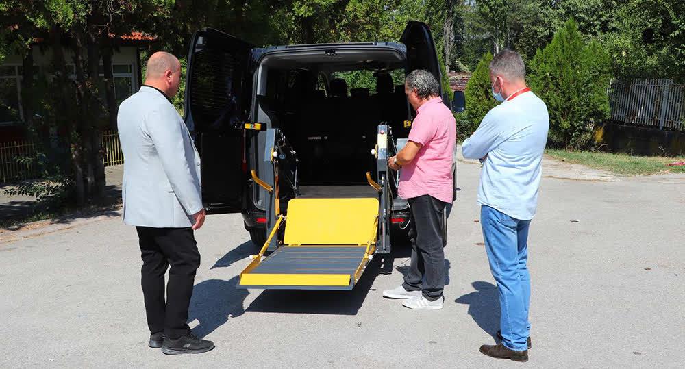 Центарот за лица со посебни потреби во Куманово доби специјално возило за превоз на штитениците