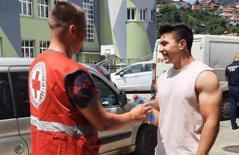 Волонтери на Црвен крст Крива Паланка делеа вода и совети за топлотниот бран
