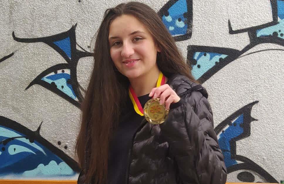 Деветтоодделенката Сара Стефановска државен и олимписки првак по информатика