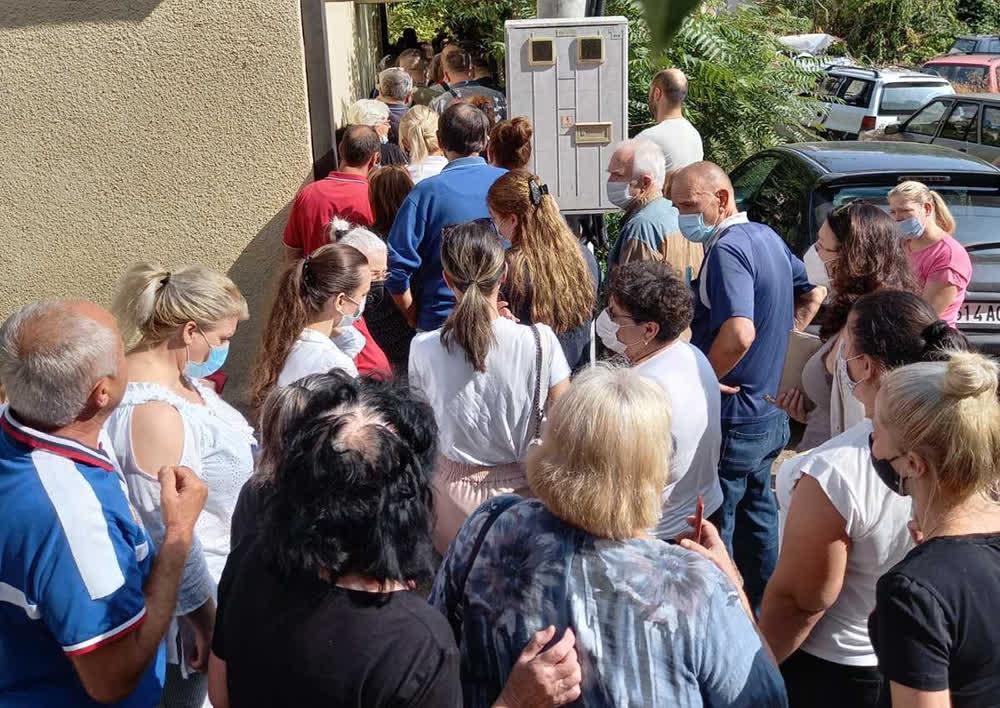 Гужва пред ДИК Куманово - граѓаните чекаат да се потпишат за кандидатурата на Димитриевски