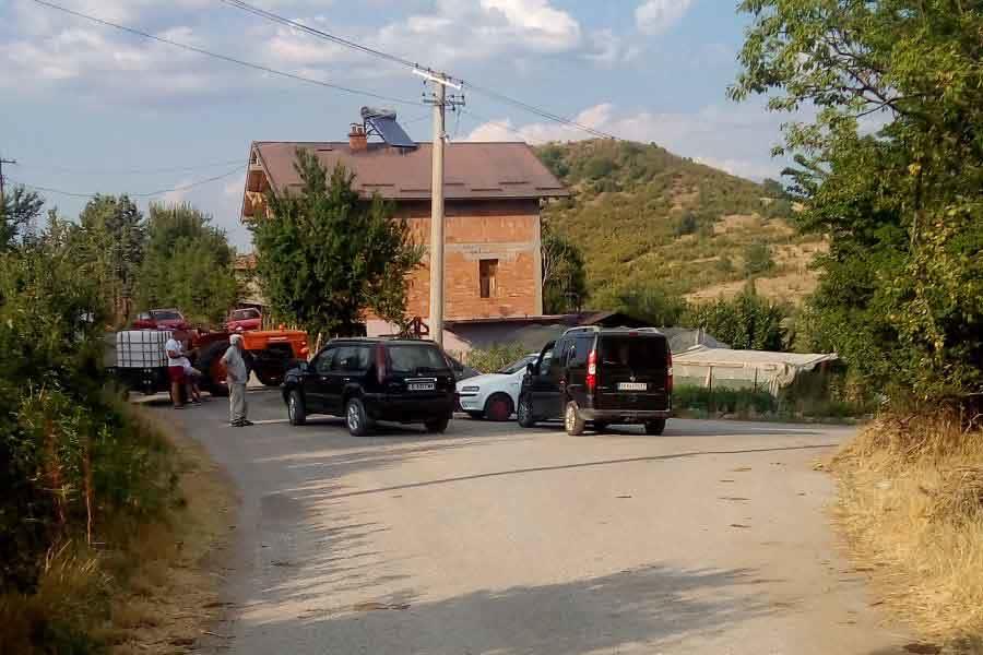 Повеќе кратовски села без вода, жителите го блокираа патот