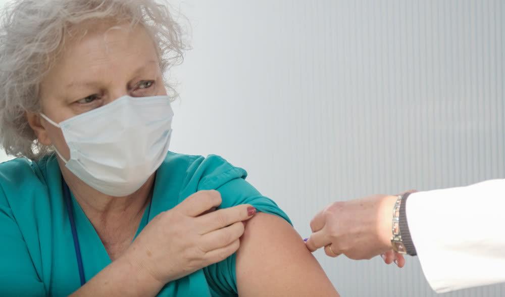 Трета доза вакцина за постари од 60 години и за здравствените работници, кажа Филипче